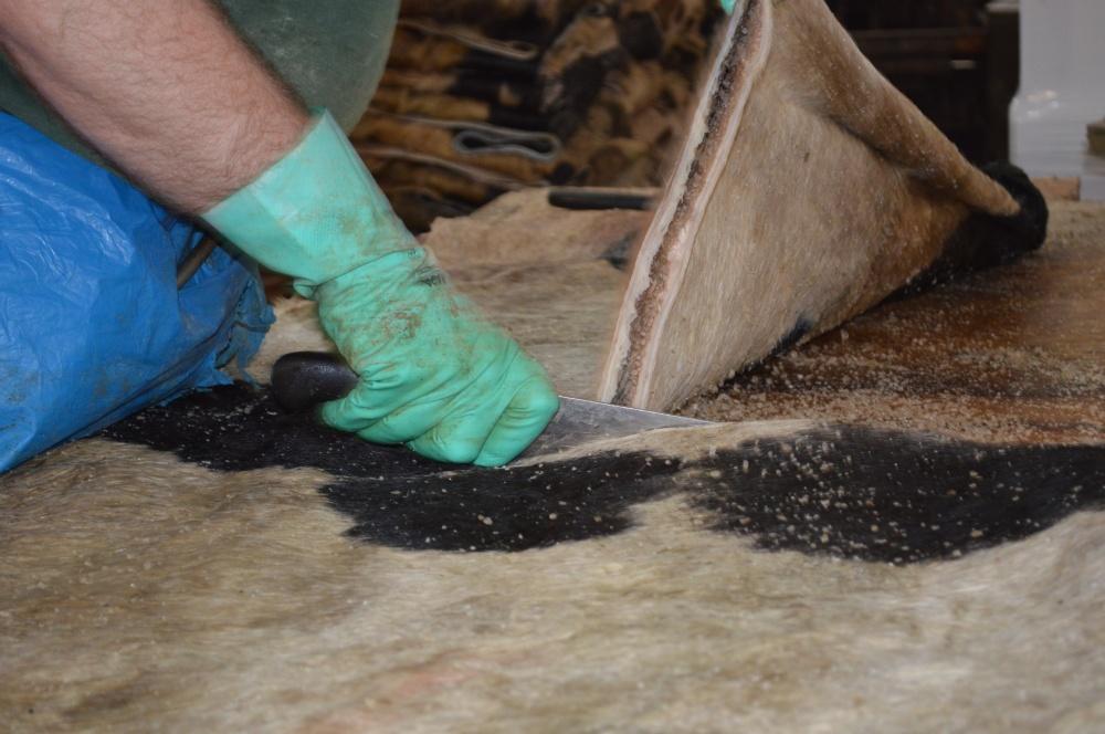 Dettaglio del taglio pellame grezzo